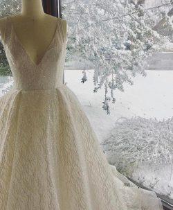 幸せの光をまとったグリッタードレス